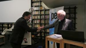 William Nygaard gratulerer Ulrik Imtiaz Rolfsen med Ossietzkyprisen